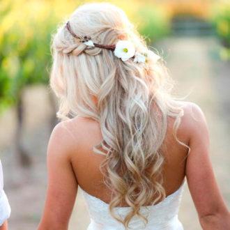 novia con semirecogido trenzado con flores