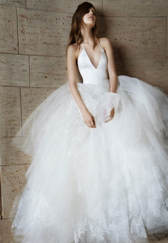 novia con vestido con escote en v de Vera Wang