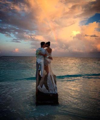 Isabeli Fontana y Diego Ferro besándose en el altar
