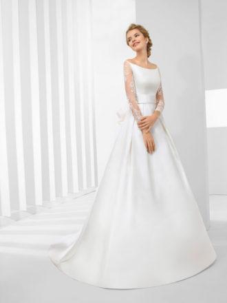 novia con vestido de novia de escote barco y mangas de encaje