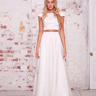 novia con vestido dos piezas: crop-top y falda