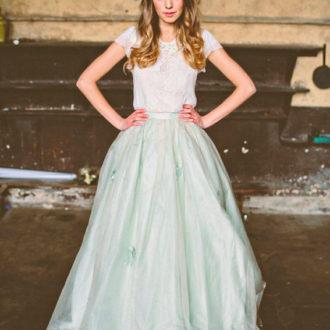 novia con vestido de dos piezas, falda de color verde
