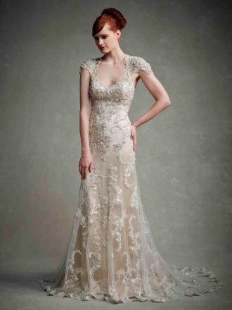 novia con vestido en color marfil con pedrería y encaje