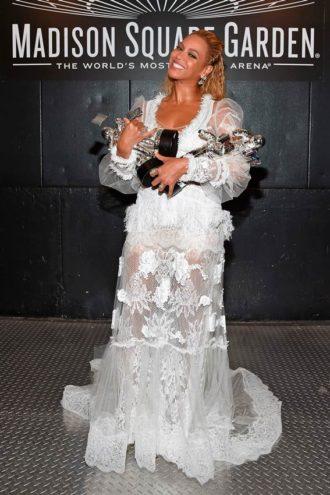Beyonce con el vestido de YolanCris enseñando sus premios
