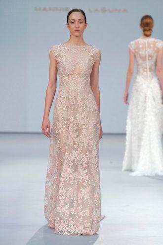 novia con vestido de color de Atelier Pronovias