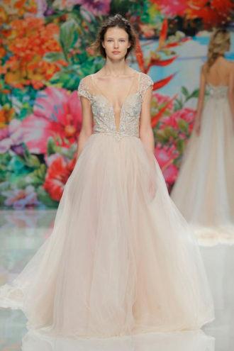 novia con vestido de color de Pronovias