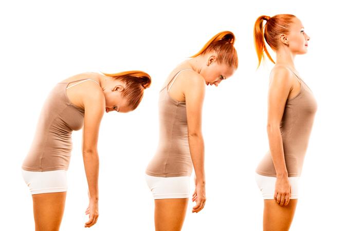 mujer corrigiendo su postura de la espalda