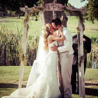 pareja slow wedding al aire libre besándose