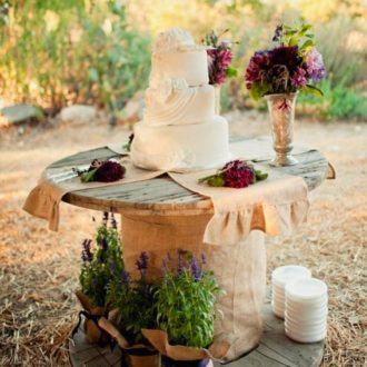 mesa decorativa con tarta de una slow wedding