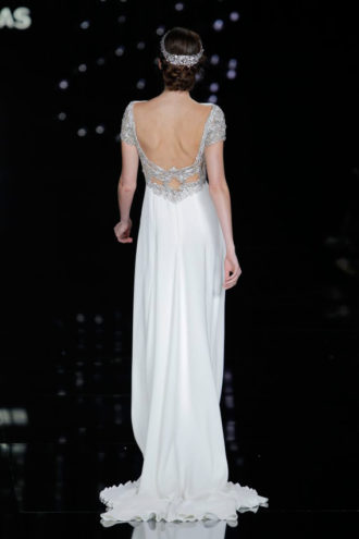 novia con vestido de Pronovias con escote en la espalda