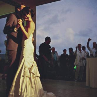 pareja slow wedding bailando con sus invitados detrás