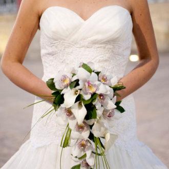 novia con ramo de flores en cascada