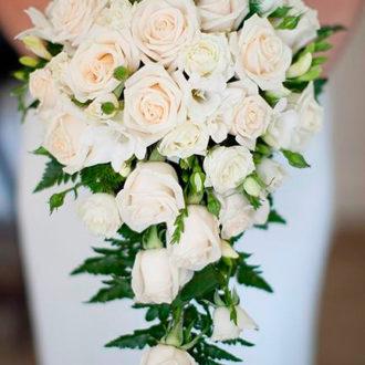 novia con ramo de rosas blancas en cascada
