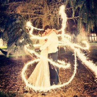 pareja slow wedding abrazándose con luces