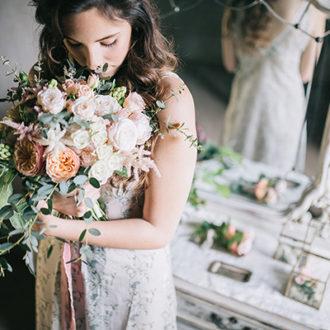 novia slow wedding oliendo su ramo de flores