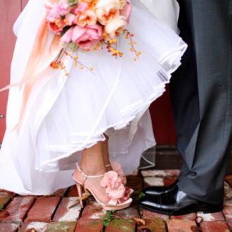 novia con zapatos de tacón rosa
