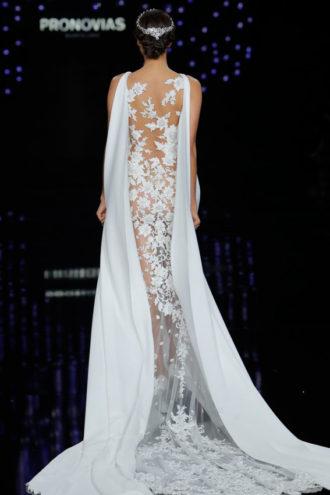 novia con vestido de transparencias de Pronovias