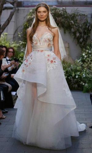 novia con vestido estampado de Monique Lhuillier