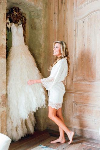 novia luciendo bata blanca