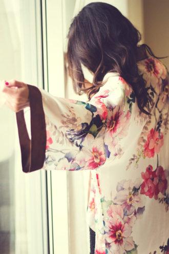 novia luciendo bata estampada con flores