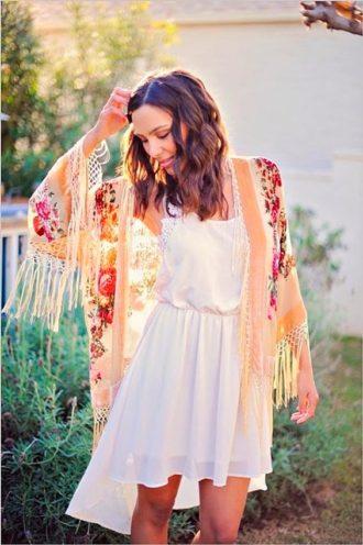 novia luciendo bata estampada con flores y flecos