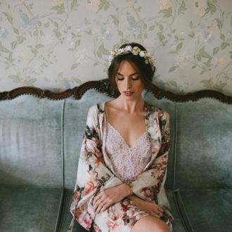 novia luciendo bata estampada con flores abierta