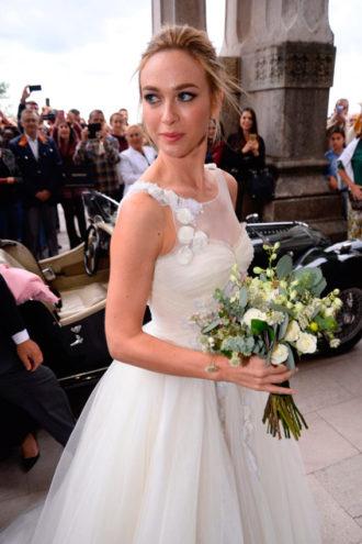 Marta Hazas vestida de novia posando para la prensa