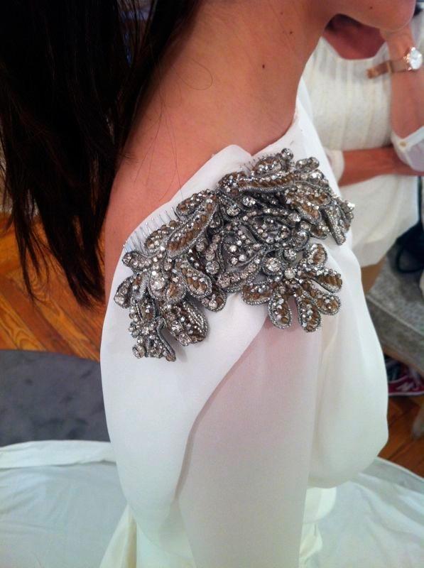 novia con vestido con aplicaciones metálicas