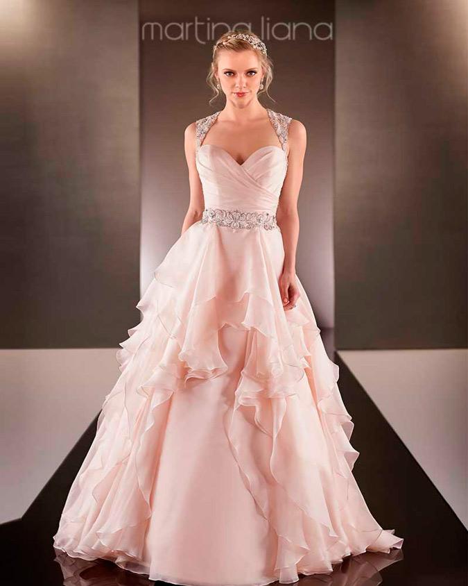 novia con vestido de color