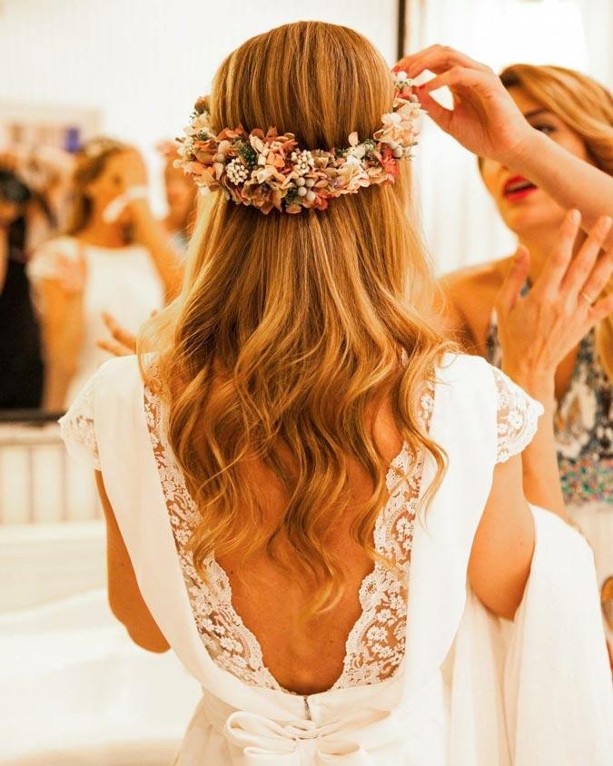 novia con vestido escotado por la espalda