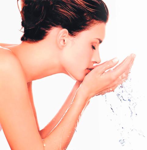 novia realizando rutina de limpieza facial
