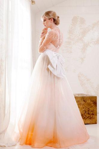 vestido de novia con transparencias y lazo