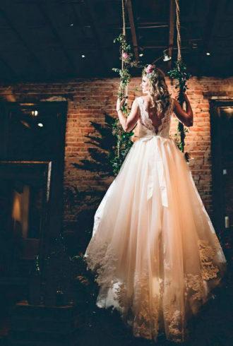novia luciendo vestido con bordados