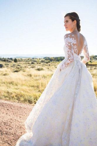 novia luciendo vestido de novia con escote en V en la espalda