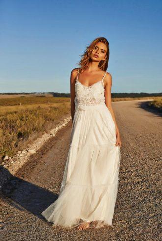 novia luciendo vestido de novia hippie chic de tirantes