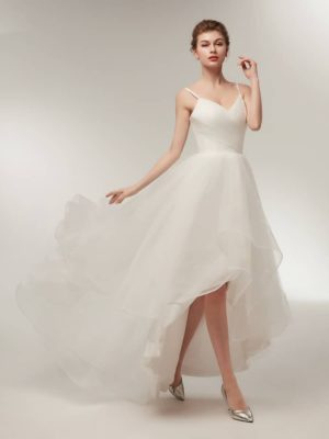 Vestido de novia asimétrico de tul con tirantes finos