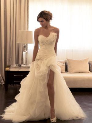 Vestido de novia asimétrico sin mangas con abertura frontal y cola de barrida