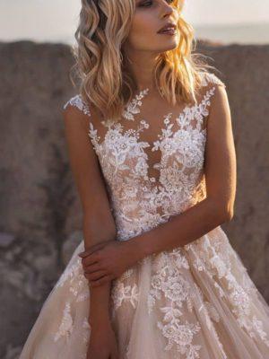 Vestido de novia bohemio de estilo princesa con apliques de encaje