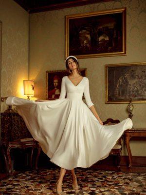 Vestido de novia corto con cuello de pico y media manga