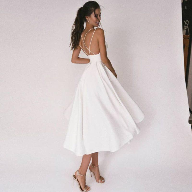 Vestido de novia corto con cuello de pico y tirantes espagueti