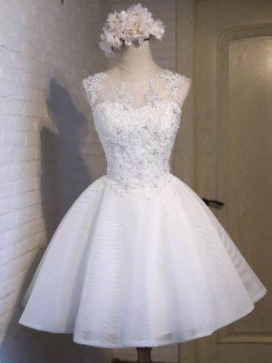 Vestido de novia corto de encaje con apliques brillantes