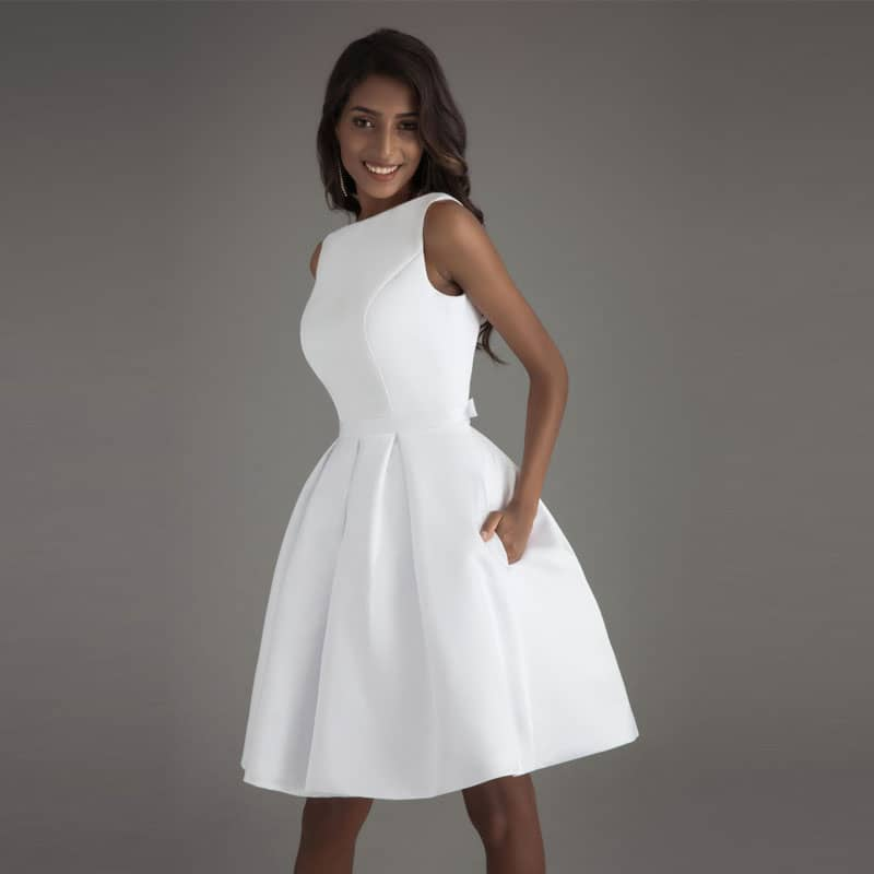 Vestido de novia corto en satén con bolsillos laterales