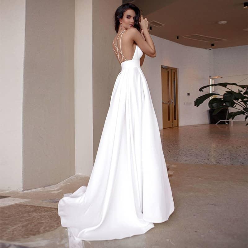 Vestido de novia de corte A con tirantes entrecruzados en espalda