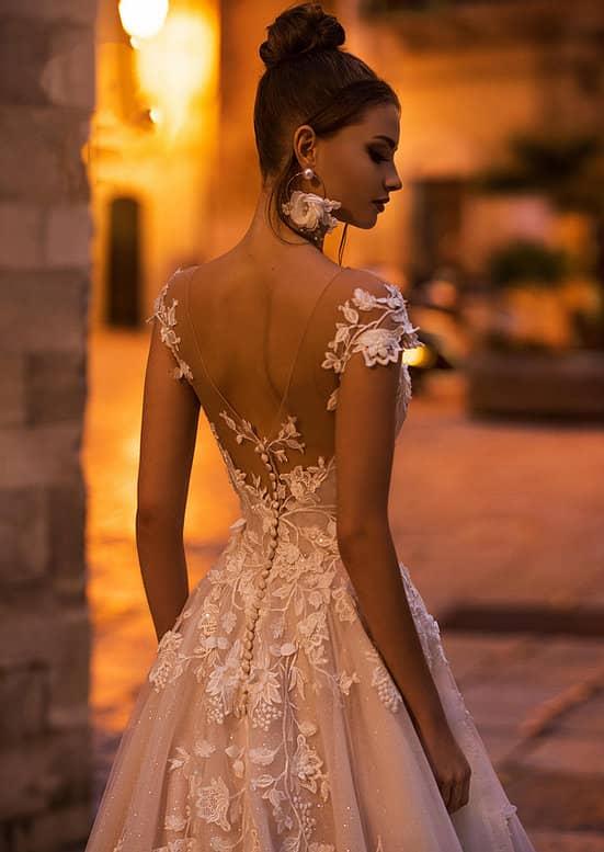 Vestido de novia de corte princesa con apliques florales y espalda descubierta