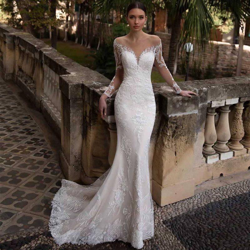 Vestido de novia de corte sirena con escote corazón y hombros descubiertos