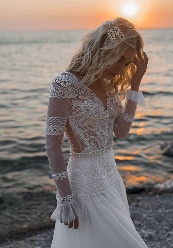 Vestido de novia de estilo bohemio con escote en V y manga larga