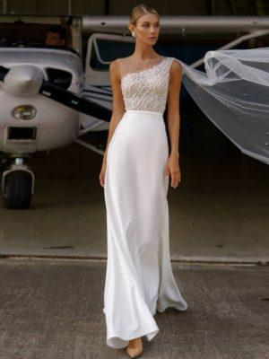 Vestido novia silueta recto escote asimétrico cuerpo decorado