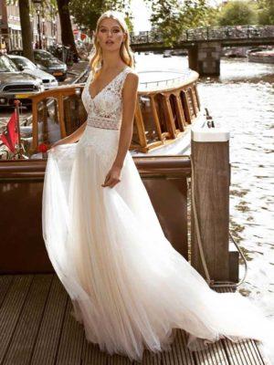 Vestido novia tirantes cuerpo encaje cola corte