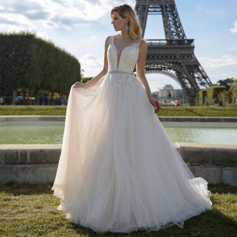 Vestido de novia línea A de tirantes con cuello en V y aplicaciones