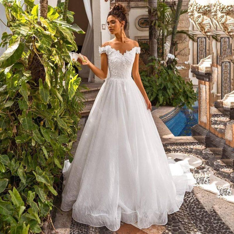 Vestido novia línea A hombros descubiertos cola corte